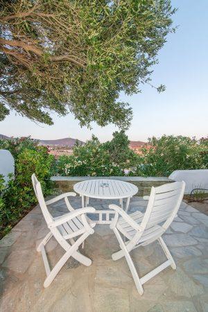 Two-spaces family room garden view / Δίχωρο οικογενειακό δωμάτιο με θέα κήπο